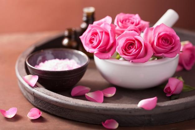 Spa con flores de rosa mortero aceites esenciales sal
