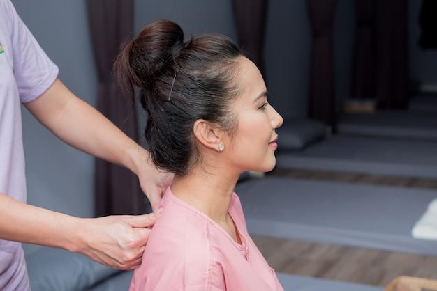 Spa y masaje tailandés, mujeres hermosas relajantes y saludables de aromaterapia