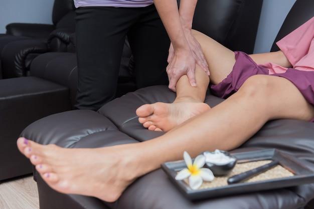 Spa y masaje tailandés de pies, mujeres hermosas relajantes y saludables de aromaterapia