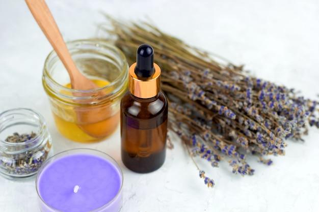 Spa con miel, aceite de lavanda, vela y lavanda seca.