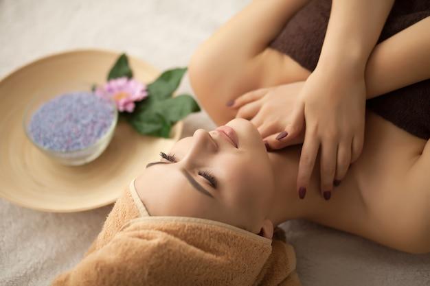 Spa. mujer disfrutando de masaje facial antienvejecimiento