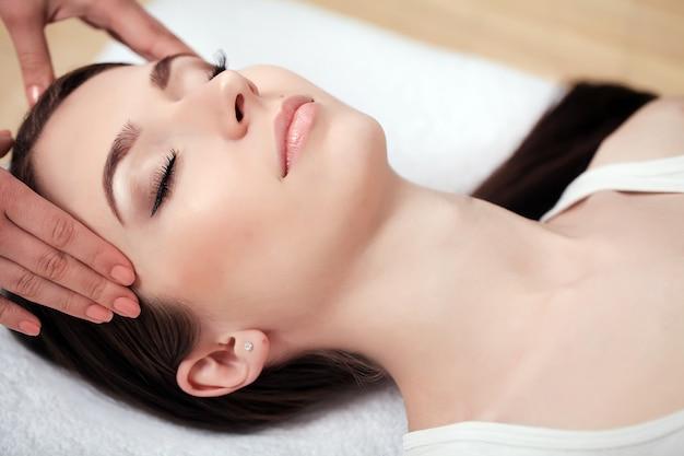 Spa mujer, primer plano de una bella mujer recibiendo tratamiento de spa,