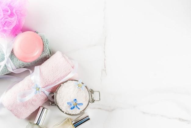 Spa relax y concepto de baño, sal marina, jabón, con cosméticos y toallas en el baño.