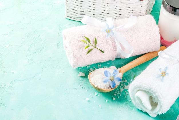 Spa relax y concepto de baño, sal marina, jabón, con cosméticos y toallas