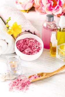 Spa con rosas rosadas y aceite aromático, estilo vintage