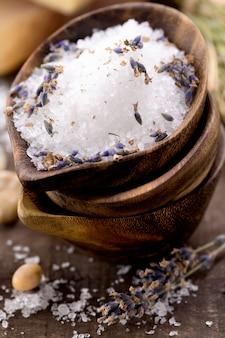 Spa sal en tazón de madera
