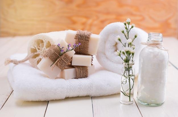 Spa still life, spa soap en una toalla blanca.