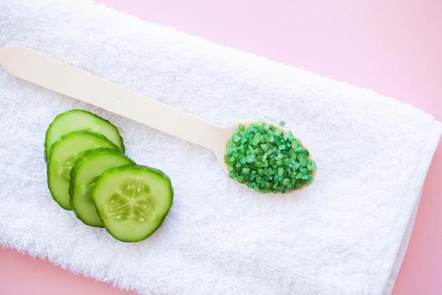 Spa. uso de toallas de algodón blanco en baño de spa en rosa