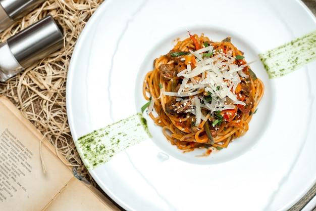Spaghetti boloñesa tomate sésamo pimiento parmesano vista superior