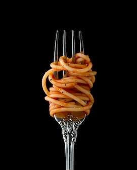 Spaghetti enrollado en un tenedor, primer plano