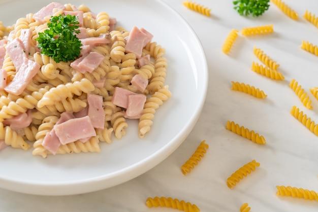 Spirali o salsa de crema de champiñones de pasta con jamón. estilo de comida italiana