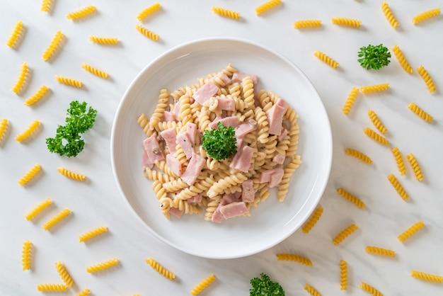 Spirali o salsa de crema de champiñones de pasta con jamón - estilo italiano