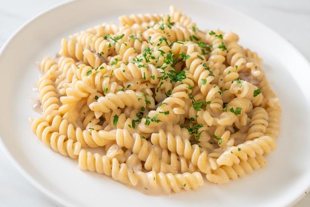 Spirali o salsa de crema de champiñones de pasta con perejil - estilo italiano