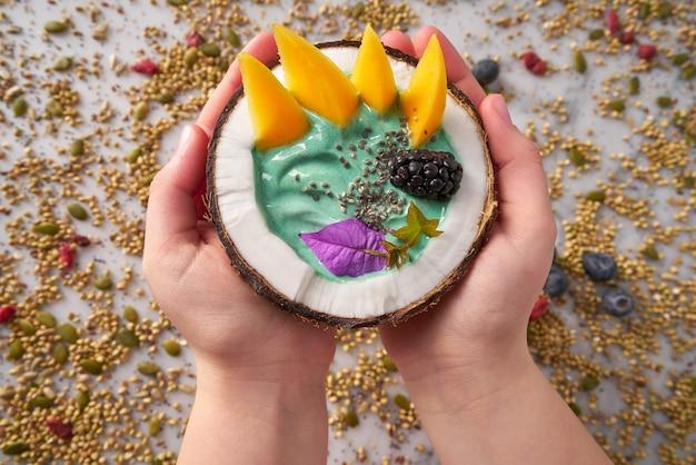 Spirulina tazón batido en coco mora mango
