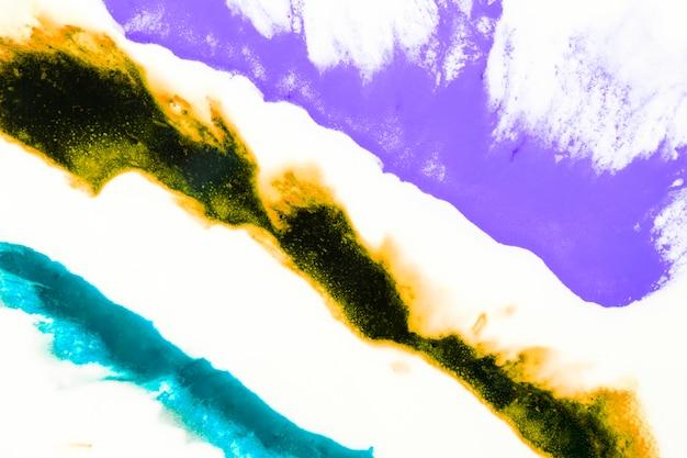 Splash artístico abstracto de acuarela sobre fondo blanco