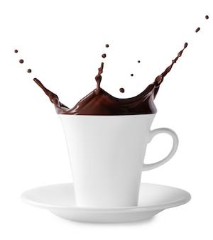 Splash de chocolate negro en taza blanca