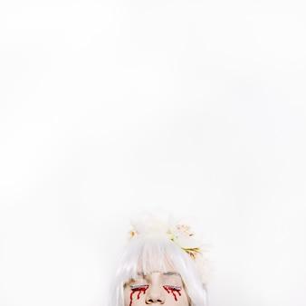Spooky chica con lágrimas de sangre