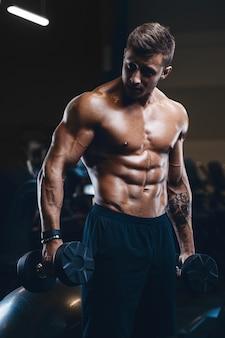 Sport fitness muscular hombre trabajando en el gimnasio