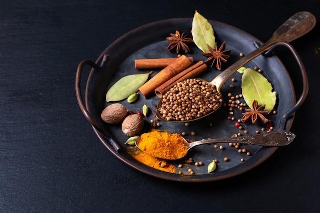 Spot focus concepto de comida a base de hierbas exóticas mezcla de especias orgánicas