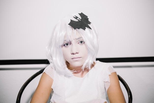 Sppoky chica en la peluca blanca
