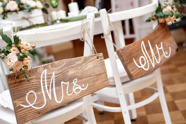 Sr. y sra. sign en la silla