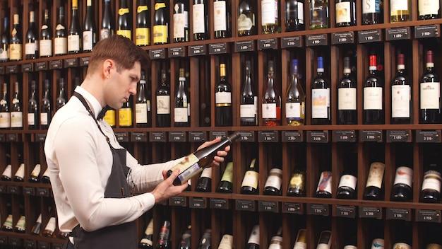 Stand con botellas de vino y vista lateral de cavist