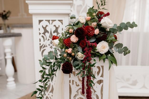 Stand con bouquet para ceremonia de boda