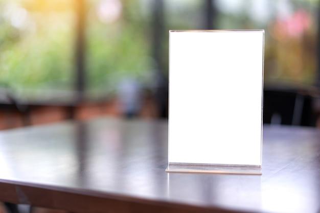 Stand mock up menu frame carpa tarjeta fondo borroso diseño visual clave.