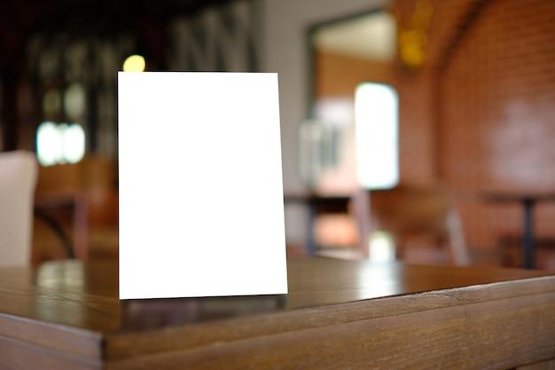 Stand mock up menú marco carpa tarjeta fondo borroso diseño clave diseño visual.