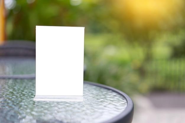 Stand mock up menú marco carpa tarjeta fondo borroso