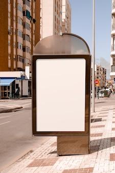 Stand publicitario en blanco junto a la calle de la ciudad.