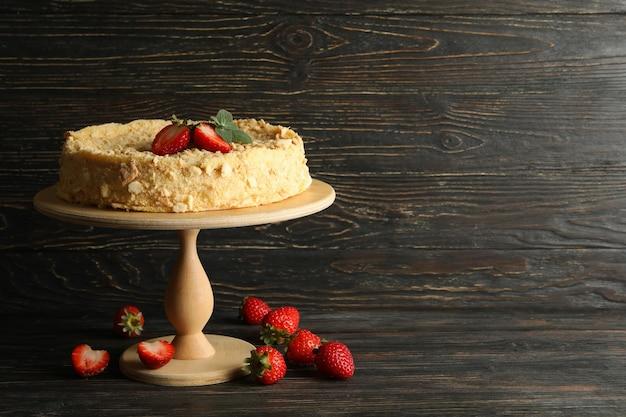 Stand con tarta de napoleón con fresa