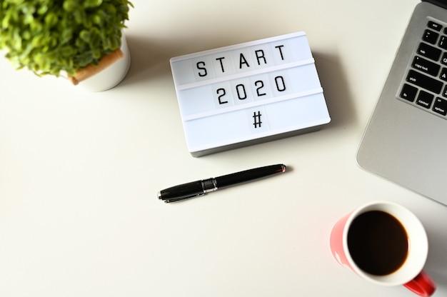 Start 2020 en escritorio de oficina