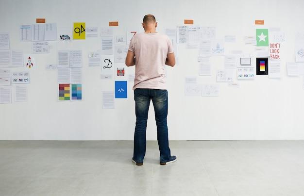 Startup business people mirando en la información de la junta de estrategia reflexivo