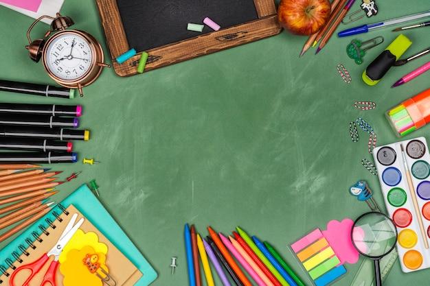 Statonery de la escuela en pizarra verde