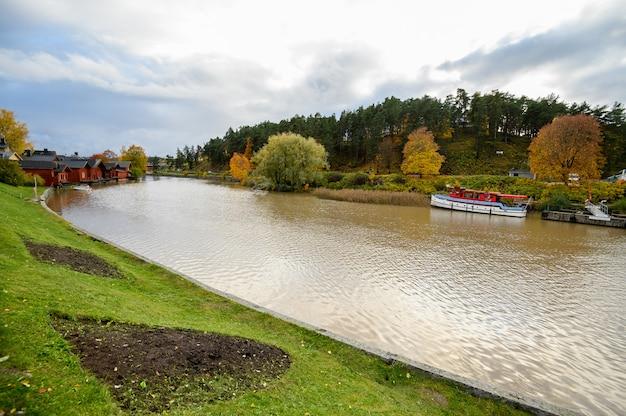 Steamer, longboat en el muelle. paisaje de otoño