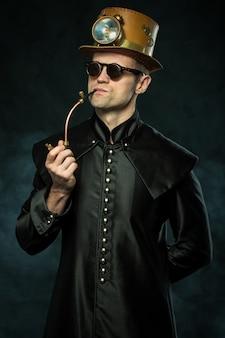 Steampunk hombre con sombrero fumando una pipa