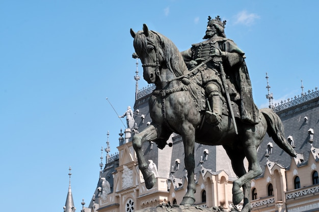 Stefan cel mare estatua delante del palacio de la cultura a la luz del día