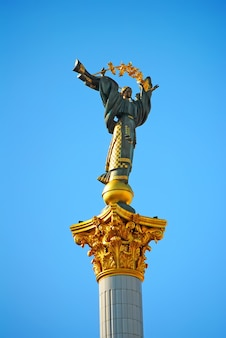 Stella con una rama en la mano está en el kiev maidan