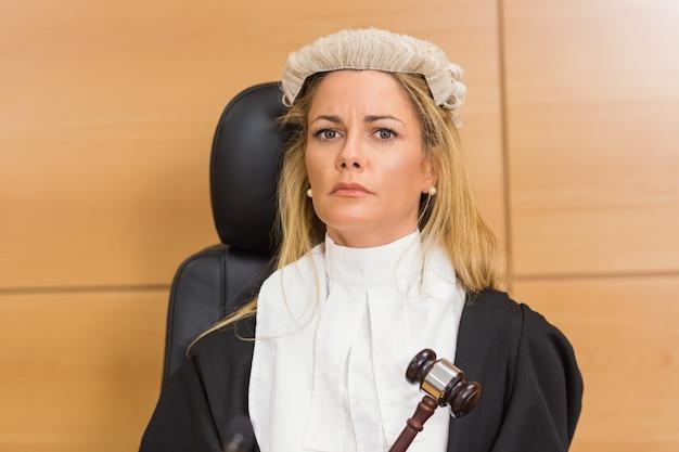 Stern juez sentado y escuchando