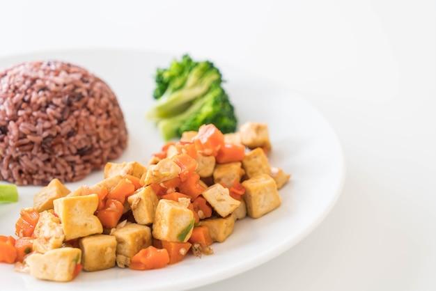 Stir tofu frito y zanahoria con berry rice