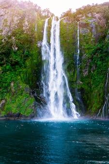 Stirling falls en milford sound en nueva zelanda