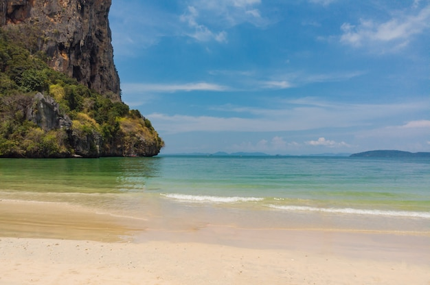 Stone mountain encuentra la hermosa playa de arena ao nang, krabi, tailandia