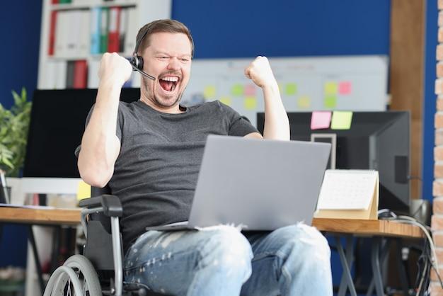 Streamer discapacitado alegre juega juegos en línea