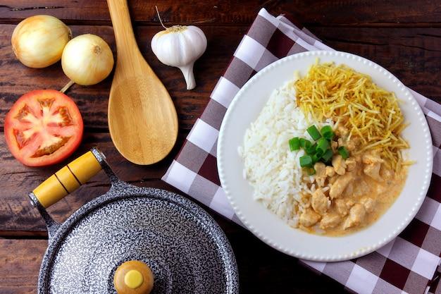 Stroganoff de pollo, sartén e ingredientes.
