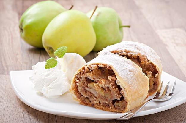 Strudel de manzana con helado