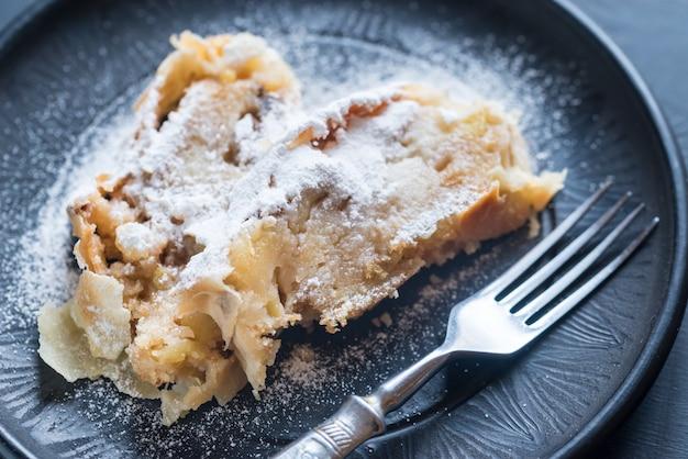 Strudel de manzana en el plato