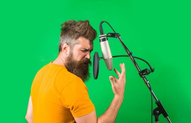 Studio records hombre barbudo canta en micrófono karaoke hombre cantando con micrófono de estudio cantando en