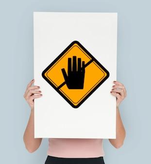 Studio shoot sosteniendo pancarta con el letrero de precaución don't touch