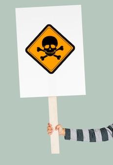 Studio shoot sosteniendo pancarta con signo de atención de veneno